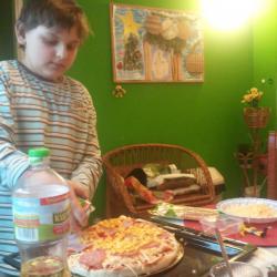 Łukasz przygotowuje sobie pizzę na gotowym cieście, ale bardzo dobrym -chyba z piekarni Kajzerka.