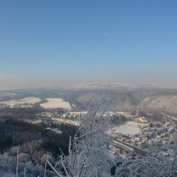 Zimowy widok z Obrywu Skalnego, który o każdej porze roku jest warty zobaczenia .