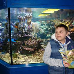W akwarium najbardziej zainteresowała Łukasza płaszczka więc ją długo obserwował .
