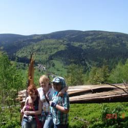 19.V Zejście z Kowadła i wywalone drzewo, które też prawdopodobnie leży do dzisiaj. Z tyłu piękna panorama Gór Bialskich.