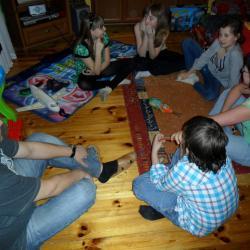 Zabawa z butelką czyli wykonywanie różnych zadań, podczas której było sporo śmiechu i integrowanie dzieci.