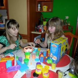 Wspólna zabawa z modeliną i zestawami Play-Doh, które Łukasz w tamtym czasie kolekcjonował.