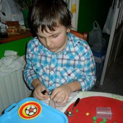 W tamtym czasie ulubiona zabawa Łukasza z modeliną i zestawami Play-Doh .  Łukasza z angażowanie w zabawę było bardzo duże .
