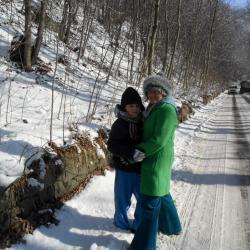 Zimowy spacer do Barda i tym razem zaplanowana do odwiedzenia szopka . Ja widząc nadjeżdżające samochody asekuruję Łukasza .